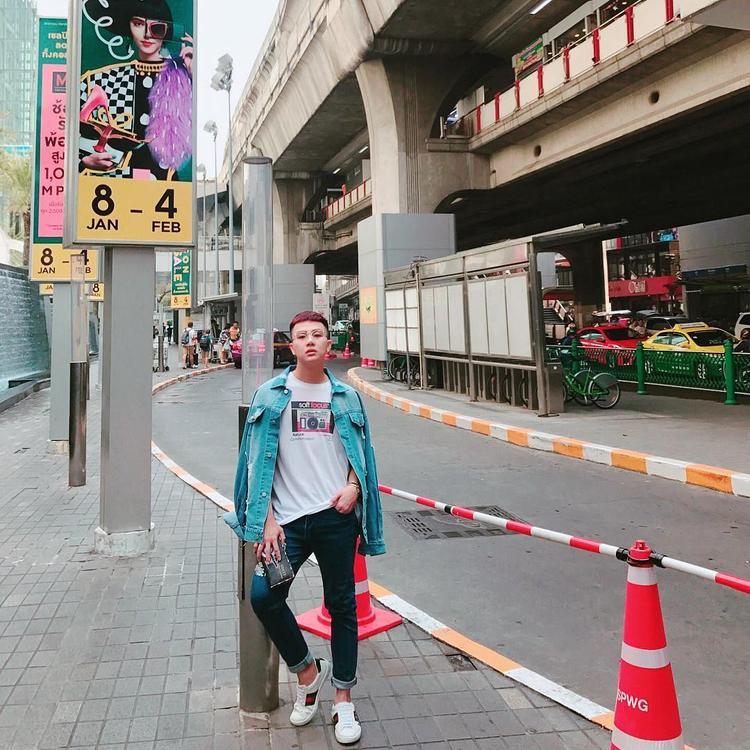 Có 1 chuyến du lịch Thái Lan trong tuần qua, anh chàng Duy Khánh Zhou Zhou đã lựa chọn trang phục basic gồm áo thun, kaki đen và áo khoác jeans. Bộ cánh tuy đơn giản nhưng với cách mặc áo khoác choàng hờ lên vai, nam diễn viên vẫn vô cùng trẻ trung, năng động.