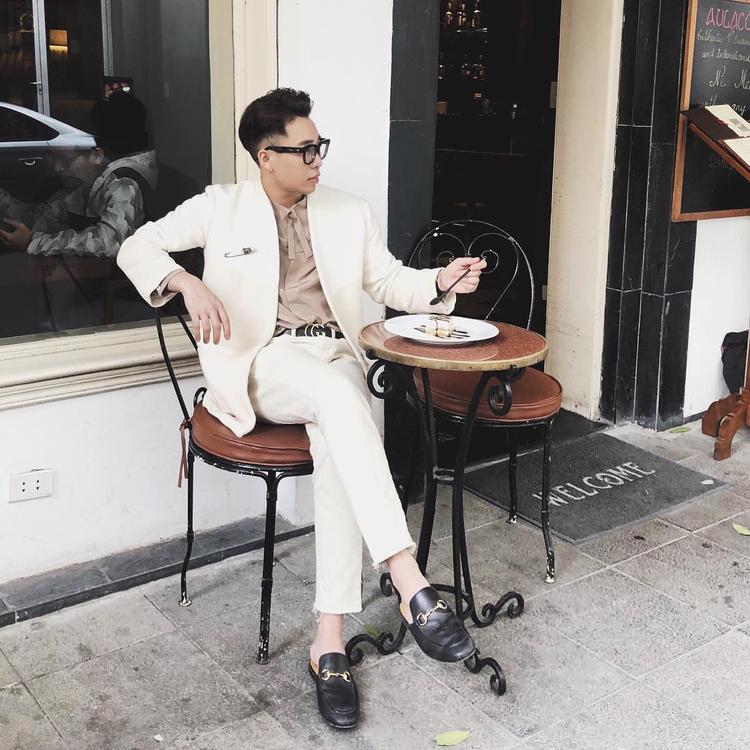 Hoàng Ku lại bảnh bao khi diện cả cây vest trắng kem. Đặc biệt, có thể nhận thấy, set đồ còn xuất hiện đôi giày loafer Gucci đắt giá - món phụ kiện ưa thích được chàng stylist gốc Hà Nội diện suốt mấy tuần vừa qua.