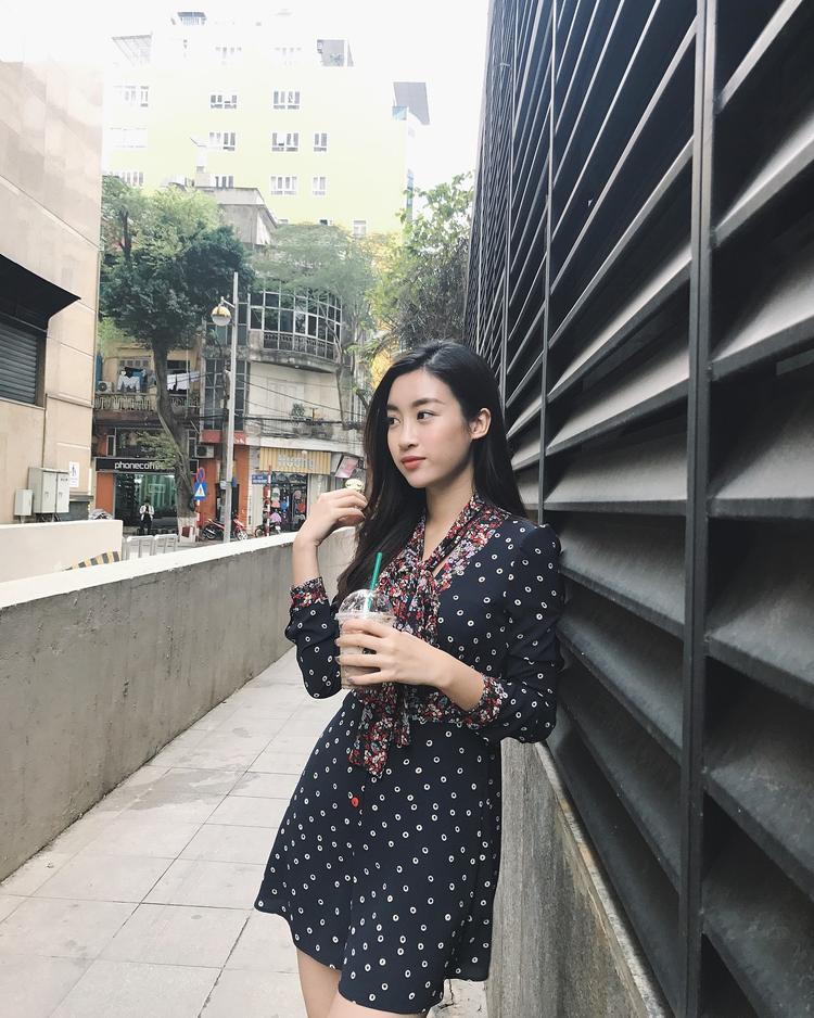 Hoa hậu Đỗ Mỹ Linh vô cùng dịu dàng khi xuống phố với chiếc váy hoa chấm bi nhã nhặn. Chi tiết lai tay, cổ áo được phối với họa tiết hoa nhí cũng góp phần làm trang phục không bị nhàm chán.