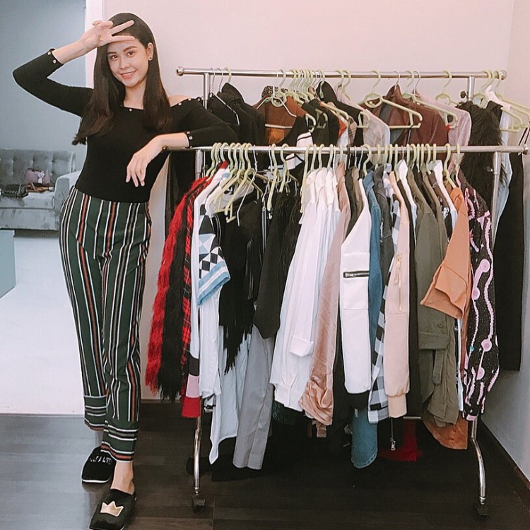 Trương Quỳnh Anh lại lựa chọn set đồ có phần đơn giản, trẻ trung nhưng không kém nổi bật gồm áo thun đen phối cùng quần cạp cao sọc màu sắc.