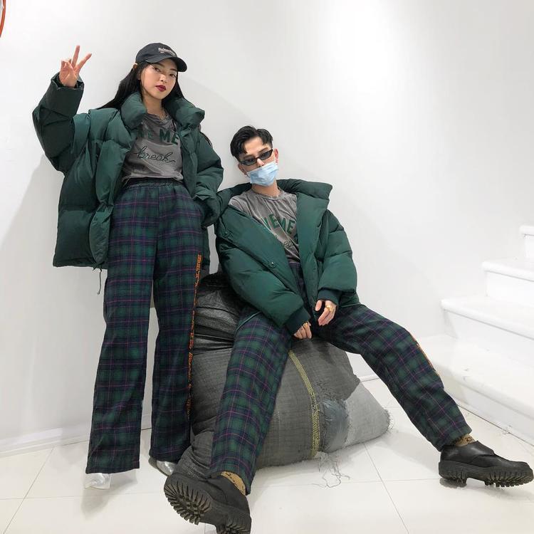 """Từ sau khi quay lại với nhau, Châu Bùi, Decao tích cực lăng-xê xu hướng diện đồ đôi thế này. Set đồ gồm áo phông, quần ca-rô ống đứng cùng áo khoác phao cực """"chất"""" khiến cả 2 vô cùng nổi bật."""