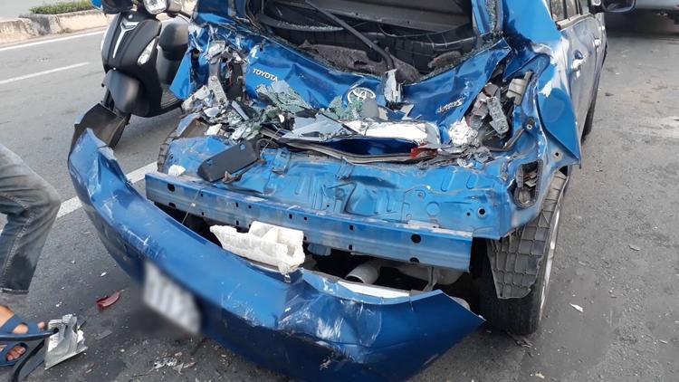 Xe ô tô bị biến dạng sau va chạm liên hoàn.