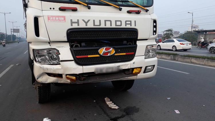 Va chạm liên hoàn giữa 4 phương tiện trên đại lộ Phạm Văn Đồng, ô tô bẹp dúm