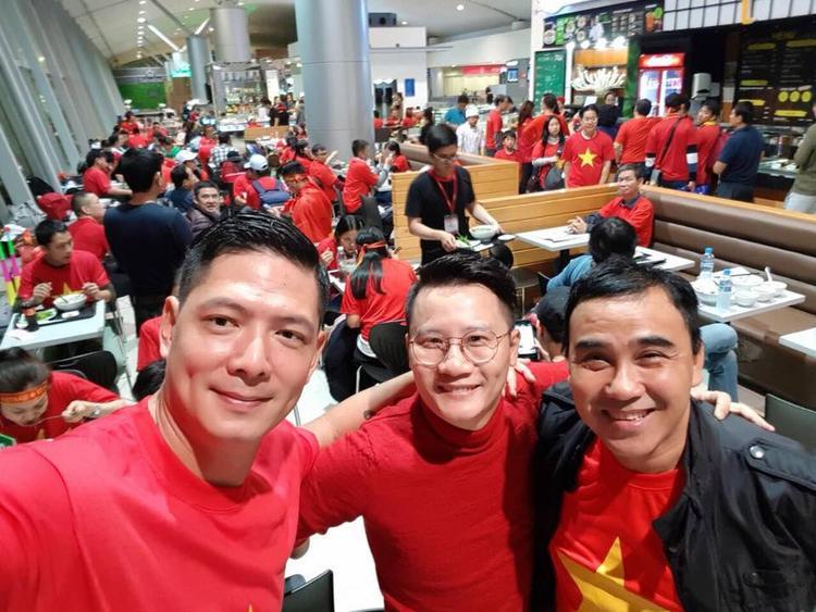 Bình Minh - Hoàng Bách - Quyền Linh có mặt ở sân bay từ sớm, háo hức lên đường sang Trung Quốc để cổ vũ đội tuyển nước nhà.