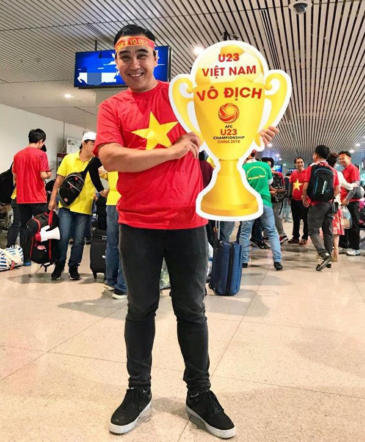 MC Quyền Linh cũng gấp rút xin visa. Anh còn mang theo cúp tượng trưng với hy vọng U23 Việt Nam giành chiến thắng.