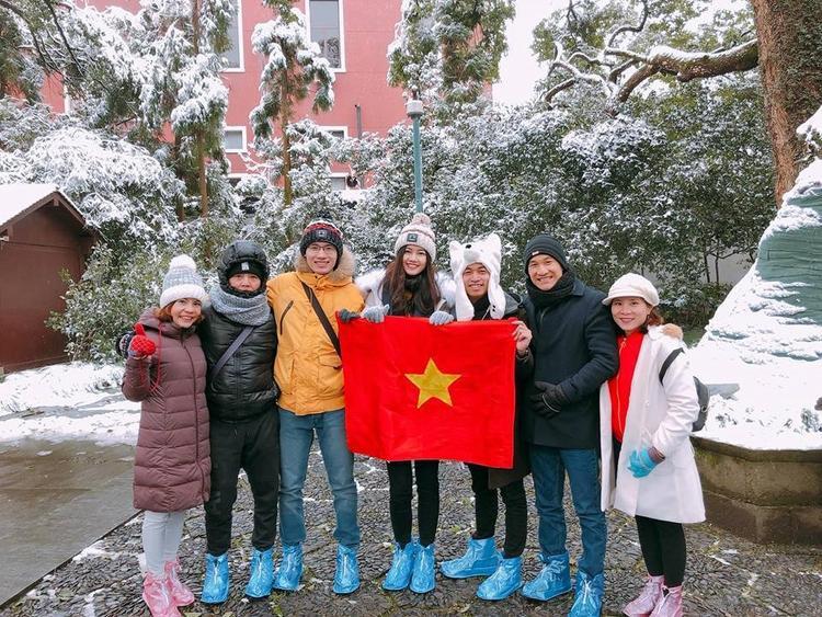 Á hậu Thanh Tú (đứng giữa) cũng đã có mặt tại Thường Châu từ hôm qua (26/1).