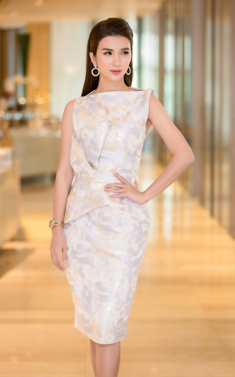 Cuối cùng thì Kim Tuyến cũng chịu mặc đẹp, trang điểm đẹp đi sự kiện. Không chỉ mặc bộ đầm phù hợp tuyệt đối với vóc dáng…