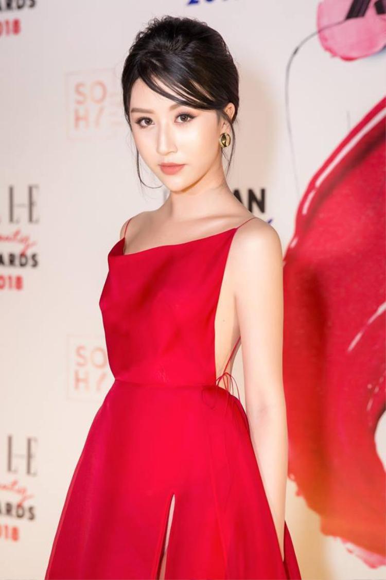 Trước đó, Quỳnh Anh Shyn cũng ghi điểm khi chọn lối trang điểm trong suốt, tóc bới cao để lộ gương mặt xinh xắn.
