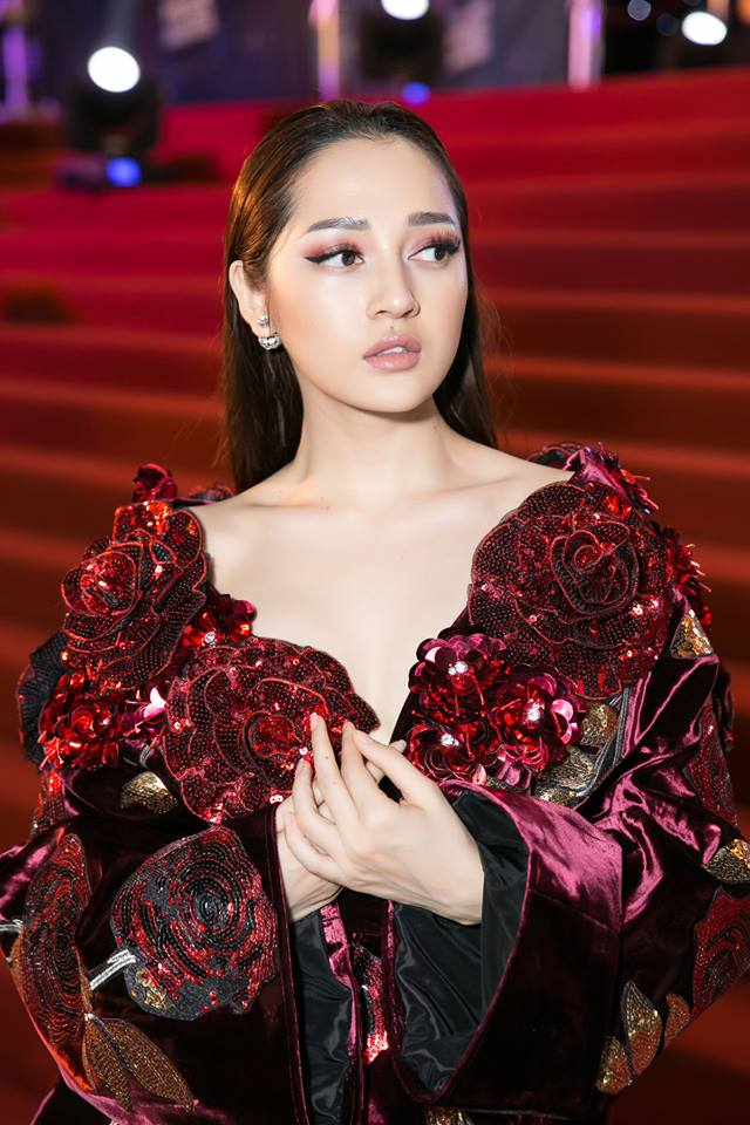 Sử dụng màu mắt burgundy đang hot, Bảo Anh hoàn thành diện mạo sắc sảo một cách xuất sắc. Cô ca sĩ xinh đẹp sử dụng son nude để tổng thể hài hòa hơn.