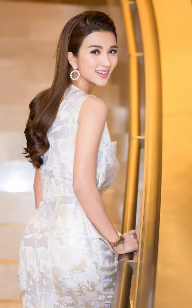 Cô nàng còn để tóc và trang điểm rất ăn ý. Gương mặt xinh đẹp của Kim Tuyến dường như rất hợp với kiểu trang điểm trong suốt, điểm một chút môi hồng tươi tắn thế này.