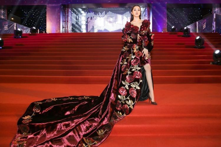"""Xuất hiện với bộ váy dài tới chục mét ấn tượng như thế này, Bảo Anh cũng có phần """"họa mặt"""" hút hồn không kém."""