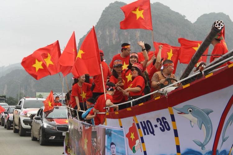 Đoàn xe khoảng 50 người dân xuất phát từ thôn Dương Huệ, huyện Cẩm Thuỷ sang huyện Ngọc Lặc, Thanh Hoá, nơi gia đình thủ môn Bùi Tiến Dũng sinh sống.