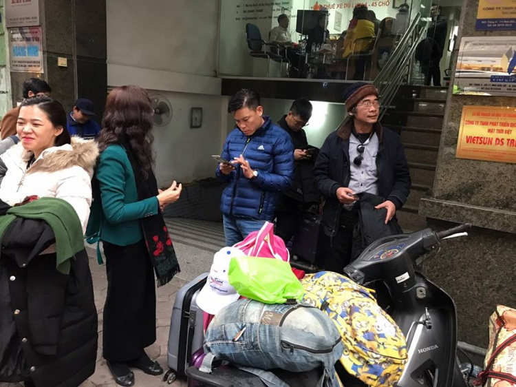 Nhiều người bức xúc tập trung trước công ty ANZ vì không sang được Trung Quốc cổ vũ cho đội tuyển Việt Nam.