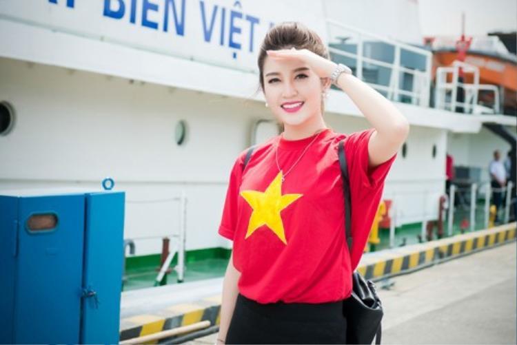 Cách mặc áo thun cờ đỏ sao vàng của Huyền My cũng là một trong những set đồ đáng để chị em học hỏi.