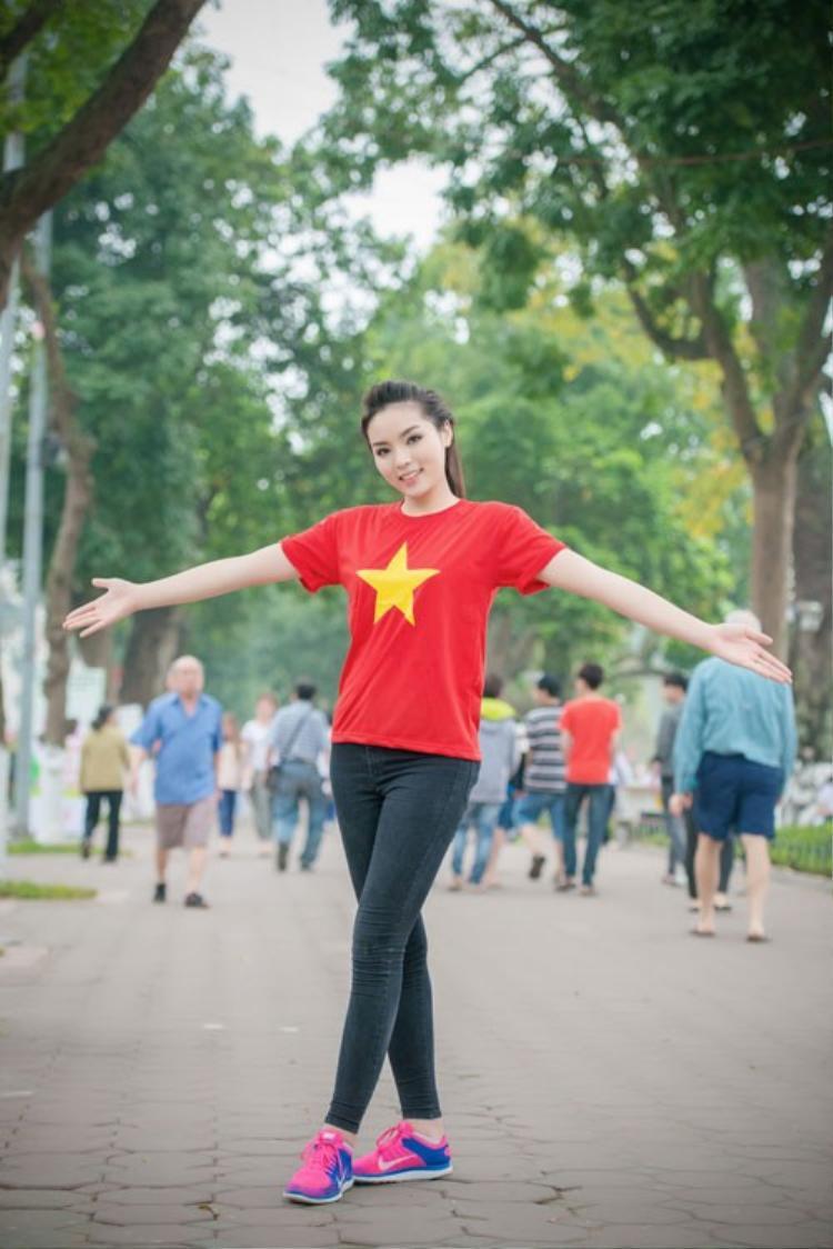 Quần jean hay quần kaki phối với giày thể thao như Kỳ Duyên sẽ là lựa chọn tiện lợi và hợp lí nhất cho các fan cổ vũ U23 Việt Nam trong trận Chung kết hôm nay.
