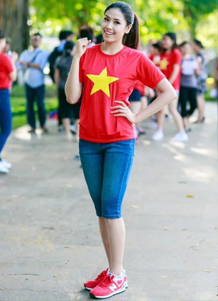 Nguyễn Thị Loan kết hợp đồng điệu màu giày xuyệt tông với màu áo cũng rất thú vị.