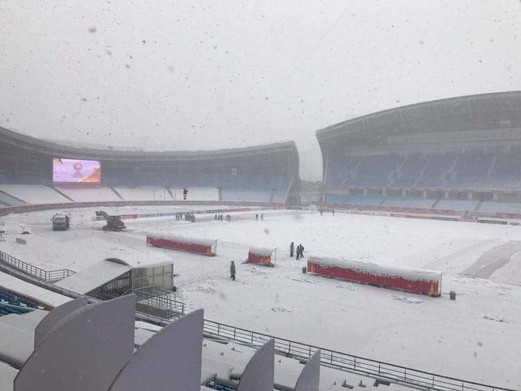 Tuyết vẫn đang rơi ở sân Olympic Thường Châu. Ảnh: HMN