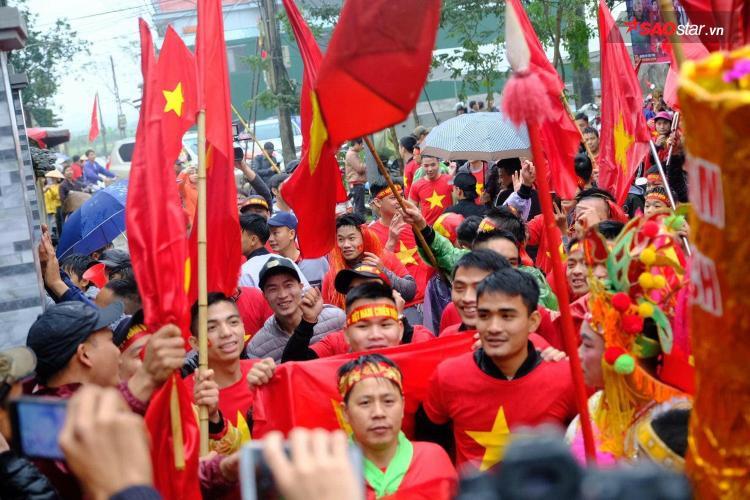 Hàng nghìn người đổ xô đến nhà tiền vệ Quang Hải ở làng Đường Nhạn, xã Xuân Nộn, huyện Đông Anh, Hà Nội trước giờ bóng lăn.