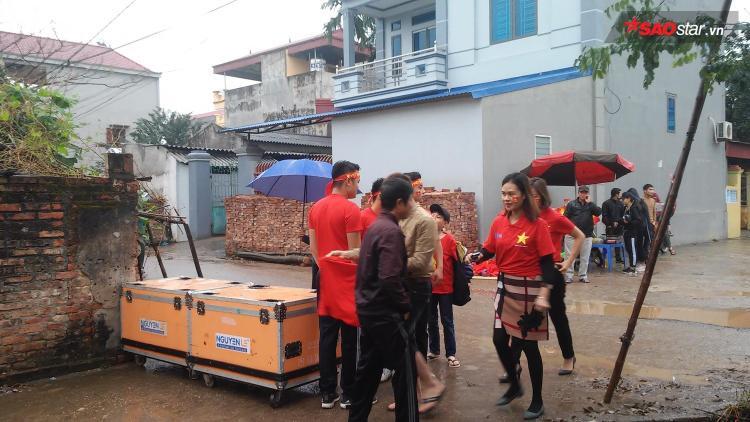 Chắc hẳn chưa bao giờ gia đình Quang Hải đón nhiều đoàn khách tới thăm như vậy.
