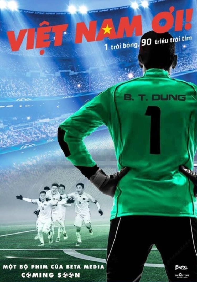 """Câu tagline """"1 trái bóng, 90 triệu trái tim"""" được sử dụng trong poster kèm hình ảnh thủ môn Bùi Tiến Dũng và một số tuyển thủ U23 Việt Nam."""