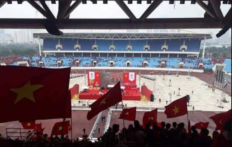 Quốc kỳ Việt Nam bay phấp phới trên sân vận động Thường Châu.