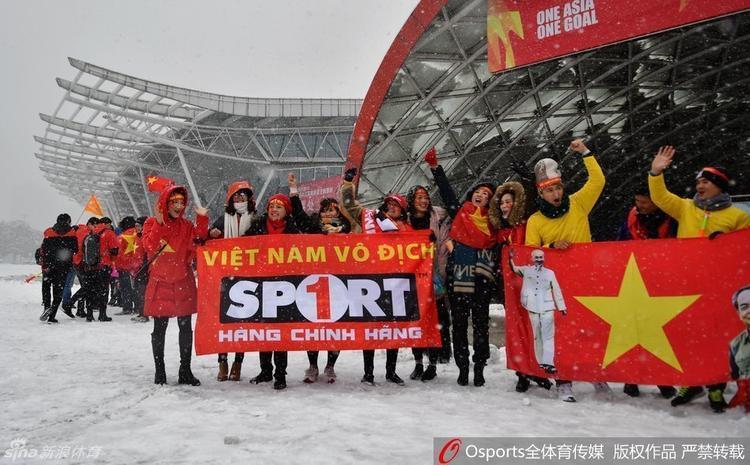 Không khí trước trận đấu tại sân vận động Thường Châu.