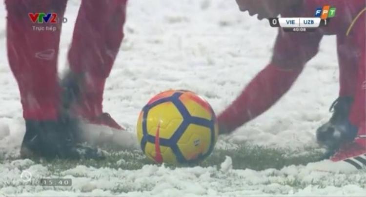 Đồng đội cào tuyết ra khỏi khu vực quanh trái bóng, để Quang Hải có điều kiện thực hiện quả phạt tốt nhất.