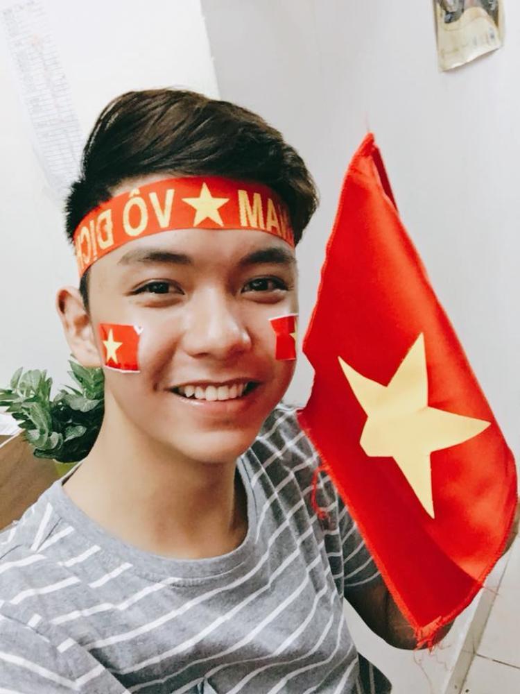 """Đoàn Minh Tài - học trò của HLV Cẩm Ly ở mùa thứ hai viết: """"Dù có hơi buồn một chút nhưng không sao các anh ạ. Các anh vẫn là nhà vô địch, luôn ủng hộ các anh. Đây là lần đầu tiên em xem đá banh, ủng hộ đội nhà ngồi xuyên suốt 120 phút. Luôn luôn ủng hộ các anh, yêu bóng đá Việt Nam quá! Các anh mãi là niềm tự hào của đất nước""""."""