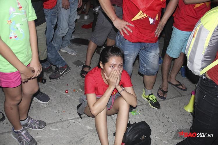 Fan nữ không thể kìm nén cảm xúc khi tiếng còi kết thúc trận vang lên. U23 VN thua trước đối thủ vào những giây cuối cùng của hiệp phụ.