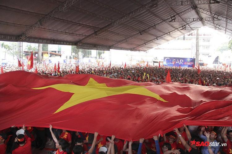 Trước khi trận đấu bắt đầu, lá đại kỳ được hàng nghìn fan kéo lên để chào cờ vô cùng cảm xúc