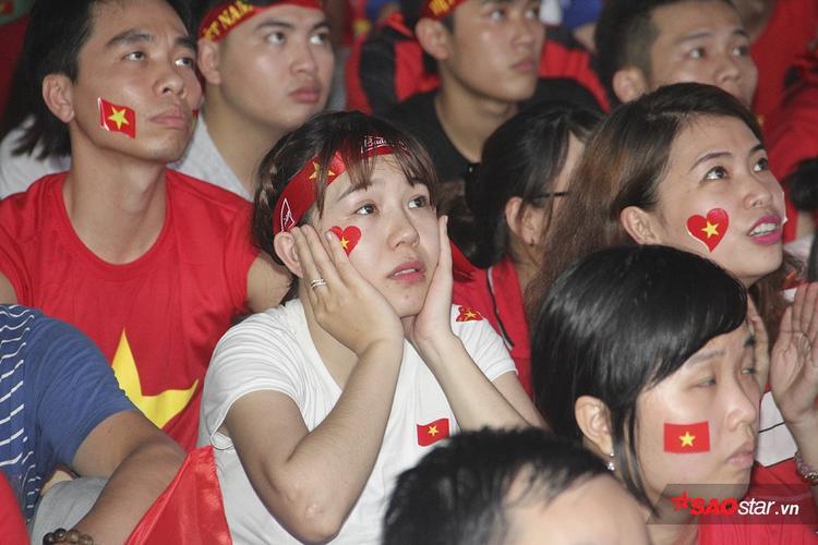Khoảnh khắc chết lặng của fan Việt khi chứng kiến U23 VN bị dẫn trước.