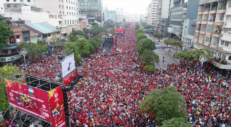Sắc đỏ nhuộm kín cả một vùng trời ở phố đi bộ Nguyễn Huệ.