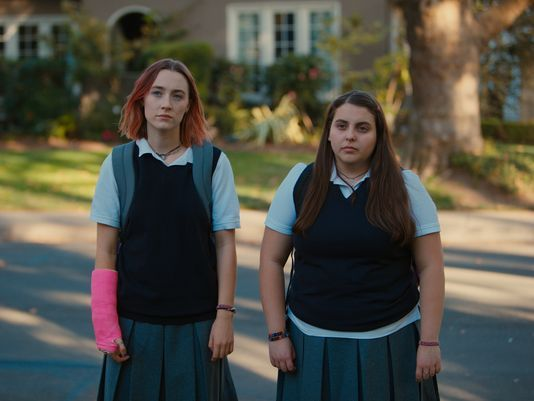 Saoirse Ronan (trái) vào vai cô nữ sinh sở hữu cá tính mạnh mẽ.