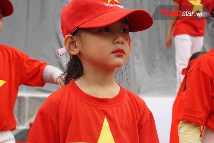 Các em bé khoác áo mũ đỏ rực đổ bộ xuống phố.
