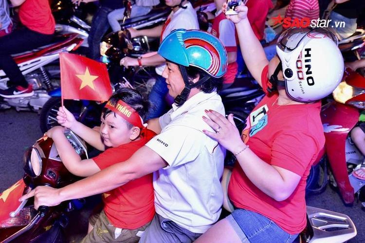 """Em nhỏ ở Sài Gòn theo ba mẹ """"đi bão""""."""