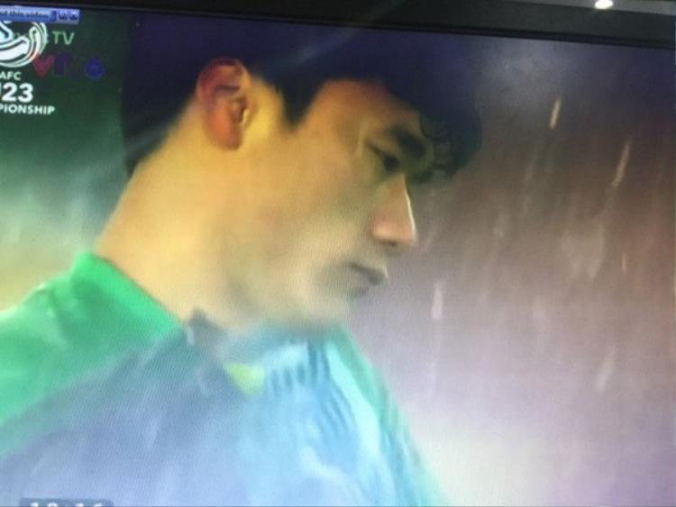 Khuôn mặt buồn đến mếu của thủ môn Bùi Tiến Dũng