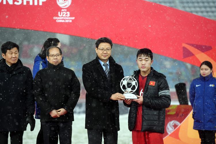 Khoảnh khắc đội trưởng Xuân Trường đại diện U23 Việt Nam nhận giải Fair Play Award.