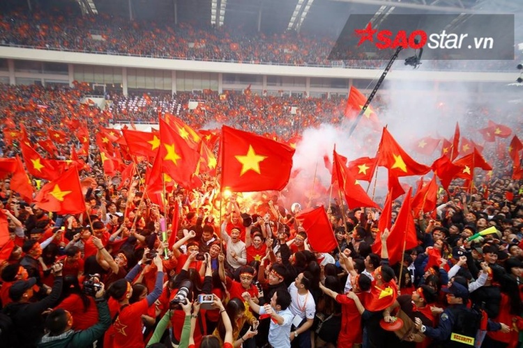 Nhiều CĐV đã đốt đuốc ăn mừng ngay sau bàn gỡ hòa của cầu thủ Quang Hải.