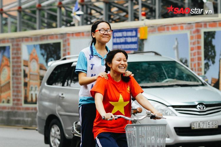 Nụ cười rạng rỡ của các CĐV trước giờ thi đấu.