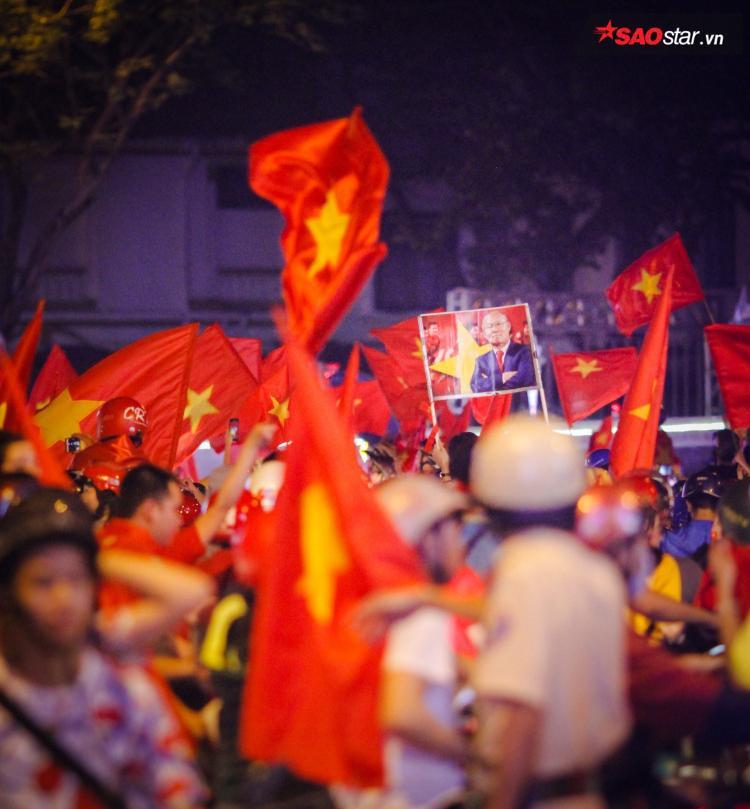 Cờ đỏ sao vàng rợp trời Sài Gòn.