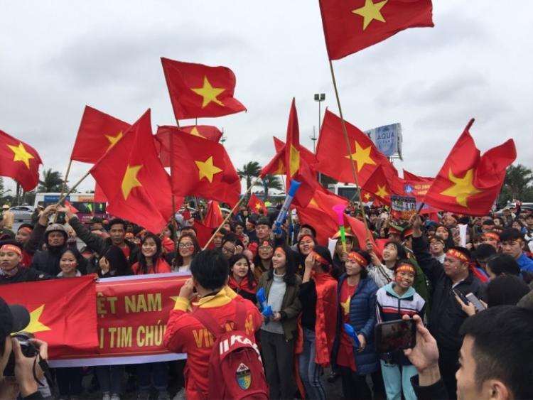 Cờ đỏ sao vàng, băng rôn, khẩu hiệu của các cổ động viên ở khu vực gần sân bay Nội Bài.