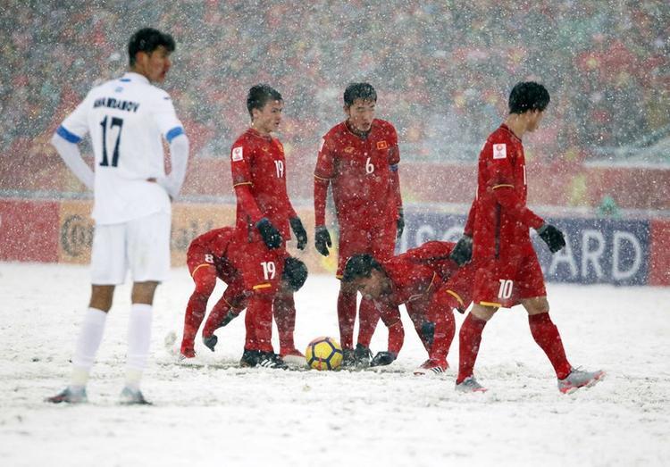 Khoảnh khắc cực xúc động khi các cầu thủ U23 lấy tay cào tuyết cho Quang Hải đá phạt.