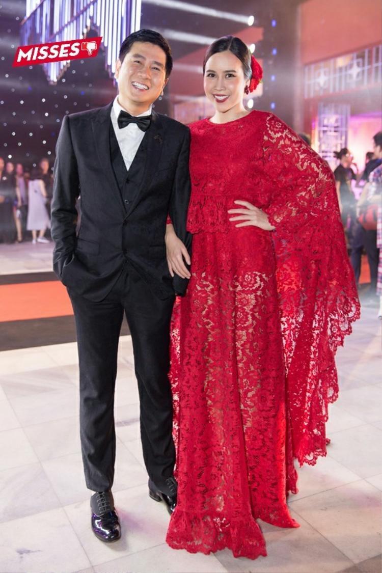 Bộ váy đỏ rực khiến Lưu Hương Giang vô cùng nổi bật, tuy nhiên, chiếc váy có phần rườm rà, quá dài so với vóc dáng của nữ ca sĩ.