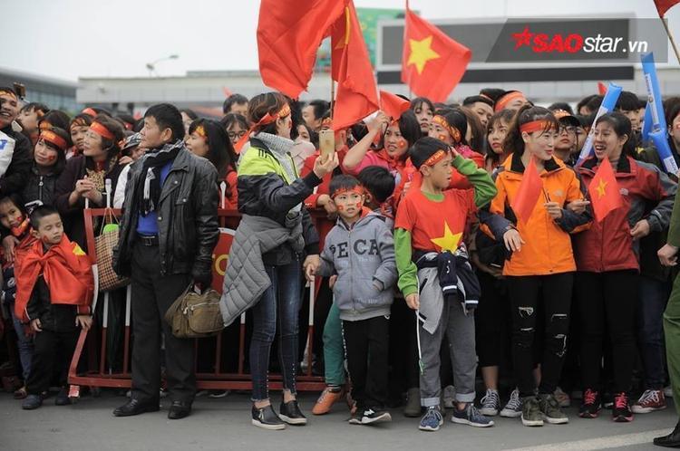 Nhiều CĐV nhí có mặt ở sân bay Nội Bài.