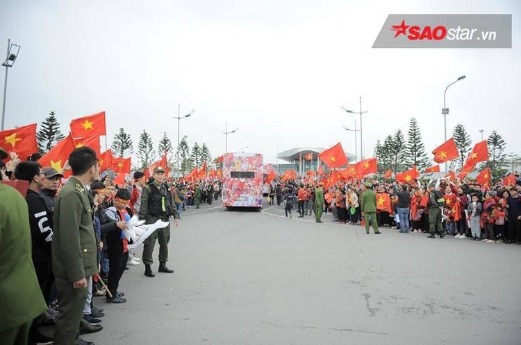 Mọi người sẵn sàng cho khoảnh khắc U23 Việt Nam xuất hiện.