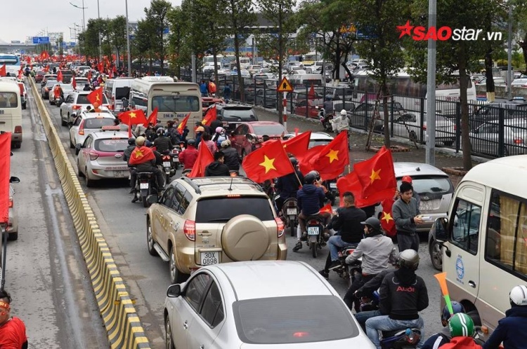 Cờ đỏ sao vàng tung bay trên đường phố Hà Nội.