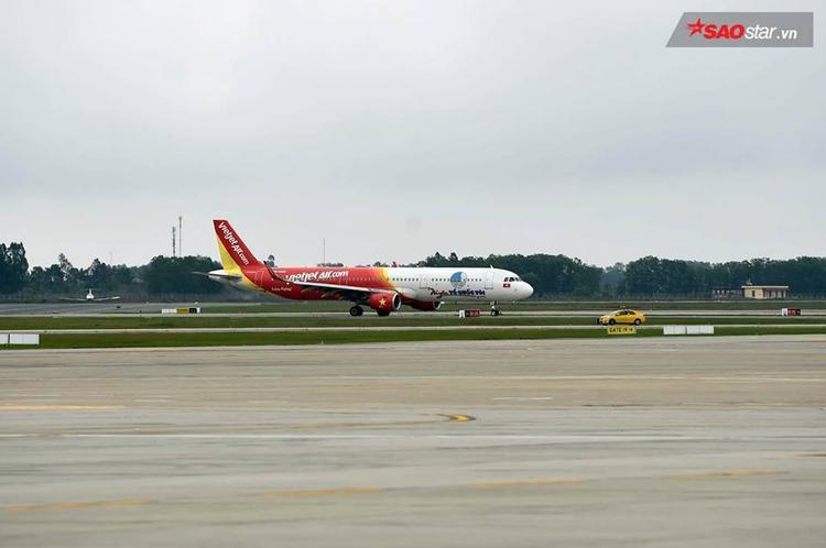 Hình ảnh chiếc chuyên cơ đáp xuống Nội Bài.