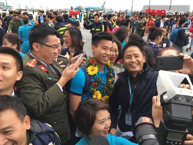 Văn Thanh chụp ảnh cùng người hâm mộ.