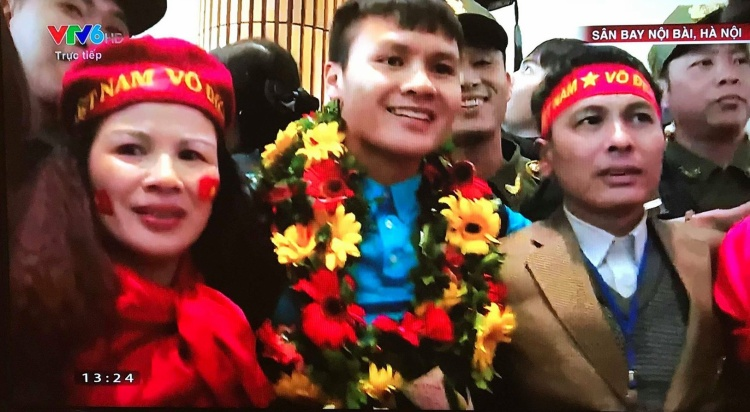 Hình ảnh Quang Hải ôm người thân đón chờ ở sân bay. Ảnh cắt từ clip VTV.