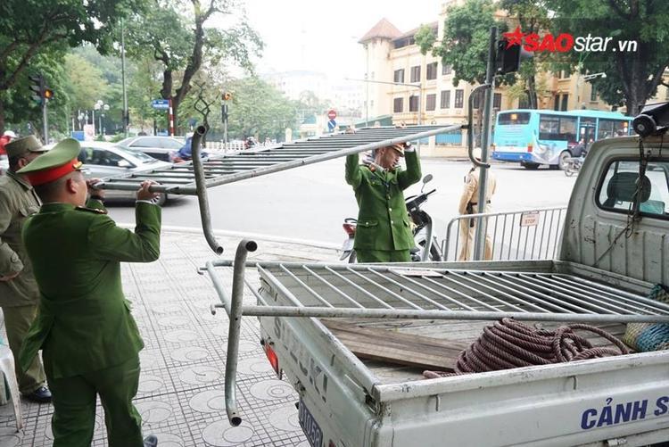 Rào sắt được huy động để bảo đảm lệnh cấm đường thực hiện nghiêm túc.